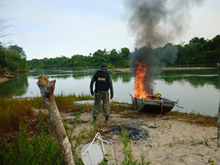 Ibama e PF queimam barcos usados para pesca predatória em MT