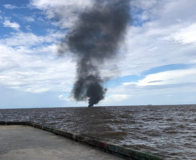 Embarcação pega fogo no rio Amazonas deixando 4 feridos