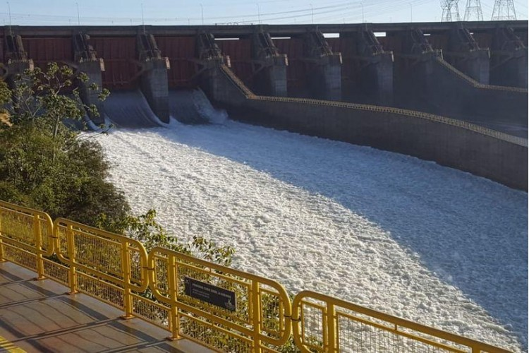 Itaipu acaba de abrir uma calha d'água para aumentar o volume de água no Rio Parana abaixo da usina de Itaipu
