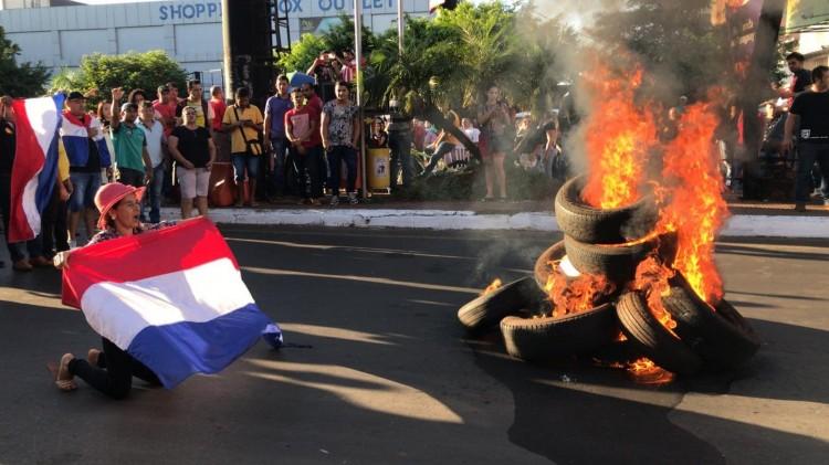 Moradores de Cidade do Leste protestam contra prefeita e fecham a Ponte da Amizade