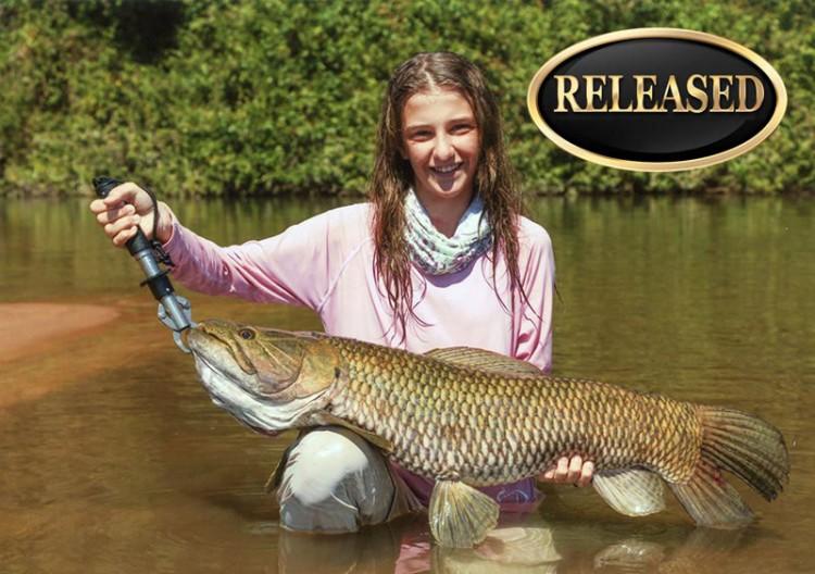 Jovem brasileira bate recorde feminino na pesca de trairão